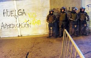 Polícia chilena faz patrulha perto de local de protesto estudantis pela melhora no sistema educacional